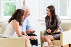 Σύμβουλος που δίνει τις συμβουλές επένδυσης στο ανώτερο ζεύγος Στοκ Φωτογραφία