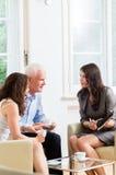 Σύμβουλος που δίνει τις συμβουλές επένδυσης στο ανώτερο ζεύγος Στοκ Φωτογραφίες