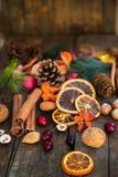 Σύμβολα Χριστουγέννων όπως τα καρύδια, πορτοκαλιές φέτες, κλάδοι δέντρων, cranber Στοκ φωτογραφία με δικαίωμα ελεύθερης χρήσης