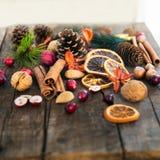 Σύμβολα Χριστουγέννων όπως τα καρύδια, πορτοκαλιές φέτες, κλάδοι δέντρων, cranber Στοκ φωτογραφίες με δικαίωμα ελεύθερης χρήσης
