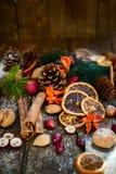 Σύμβολα Χριστουγέννων όπως το χιόνι, καρύδια, μούρα Στοκ Εικόνα