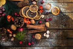 Σύμβολα Χριστουγέννων όπως το χιόνι, καρύδια, μούρα Στοκ φωτογραφία με δικαίωμα ελεύθερης χρήσης