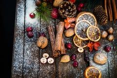 Σύμβολα Χριστουγέννων όπως το χιόνι, καρύδια, μούρα Στοκ φωτογραφίες με δικαίωμα ελεύθερης χρήσης