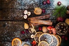 Σύμβολα Χριστουγέννων όπως το χιόνι, τα καρύδια, και τα μούρα Στοκ φωτογραφία με δικαίωμα ελεύθερης χρήσης
