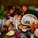 Σύμβολα Χριστουγέννων όπως το χιόνι, τα καρύδια, και τα μούρα Στοκ εικόνα με δικαίωμα ελεύθερης χρήσης