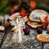 Σύμβολα Χριστουγέννων όπως το χιόνι, τα καρύδια, και τα μούρα Στοκ εικόνες με δικαίωμα ελεύθερης χρήσης