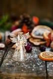 Σύμβολα Χριστουγέννων όπως το χιόνι, τα καρύδια, και τα μούρα Στοκ Φωτογραφία