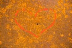 Σύμβολο αγάπης που χρωματίζεται στο υπόβαθρο με τη σκουριά στο χάλυβα Στοκ φωτογραφίες με δικαίωμα ελεύθερης χρήσης