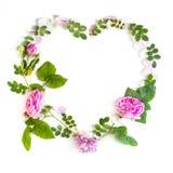 Σύμβολο καρδιών φιαγμένο από flovers και φύλλα στο άσπρο υπόβαθρο Στοκ φωτογραφίες με δικαίωμα ελεύθερης χρήσης