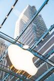 Σύμβολο καταστημάτων της Apple με το υπόβαθρο ουρανοξυστών Στοκ εικόνα με δικαίωμα ελεύθερης χρήσης