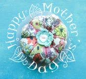 Σύμβολο λουλουδιών Αριθμός του λουλουδιού φιαγμένος από χειροποίητο κουμπί Ευτυχές σχέδιο ημέρας μητέρων Στοκ φωτογραφία με δικαίωμα ελεύθερης χρήσης