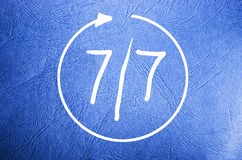 Σύμβολο του ανοικτού επτά ημέρες την εβδομάδα 7/7 στο μπλε υπόβαθρο στοκ φωτογραφίες με δικαίωμα ελεύθερης χρήσης