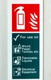 Σύμβολο του πυροσβεστήρα που απομονώνεται στον άσπρο τοίχο Στοκ Εικόνες