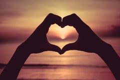 Σύμβολο χεριών που σημαίνει την αγάπη Στοκ Εικόνες
