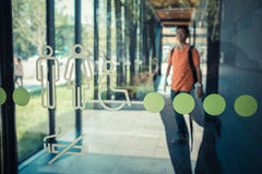 Σύμβολο χώρων ανάπαυσης στον τοίχο γυαλιού με το υπόβαθρο περιπάτων ατόμων στο εκλεκτής ποιότητας ύφος Στοκ φωτογραφία με δικαίωμα ελεύθερης χρήσης