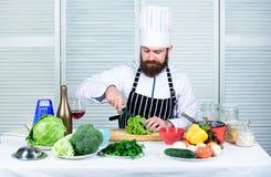 Σύμφωνα με τη συνταγή Χρήσιμος για τη σημαντική ποσότητα των μεθόδων μαγειρέματος Βασικές διαδικασίες μαγειρέματος Κύριος αρχιμάγ στοκ φωτογραφίες με δικαίωμα ελεύθερης χρήσης