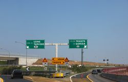Σύνδεση αυτοκινητόδρομων με τις κατευθύνσεις για να πάει στις ιταλικές πόλεις στοκ εικόνες με δικαίωμα ελεύθερης χρήσης