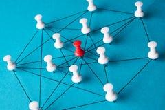 Σύνδεση δικτύων που γίνεται από τις καρφίτσες ώθησης Στοκ φωτογραφία με δικαίωμα ελεύθερης χρήσης