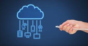 Σύνδεση καλωδίων εκμετάλλευσης χεριών με τις συσκευές σύννεφων Στοκ εικόνα με δικαίωμα ελεύθερης χρήσης