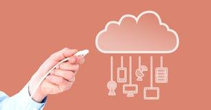 Σύνδεση καλωδίων εκμετάλλευσης χεριών με τις συσκευές σύννεφων Στοκ φωτογραφία με δικαίωμα ελεύθερης χρήσης