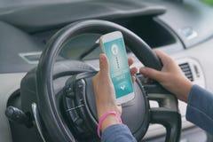 Σύνδεση του έξυπνου τηλεφώνου με το ακουστικό σύστημα αυτοκινήτων Στοκ εικόνα με δικαίωμα ελεύθερης χρήσης