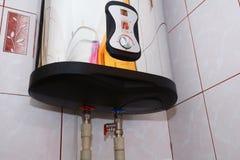 Σύνδεση του εγχώριου θερμοσίφωνα Μεμονωμένη θέρμανση Μεμονωμένος ανεφοδιασμός ζεστού νερού Εσωτερικές ηλεκτρικές συνδέσεις υδραυλ στοκ φωτογραφία με δικαίωμα ελεύθερης χρήσης