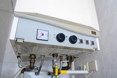 Σύνδεση του εγχώριου θερμοσίφωνα Μεμονωμένη θέρμανση Μεμονωμένος ανεφοδιασμός ζεστού νερού στοκ φωτογραφία με δικαίωμα ελεύθερης χρήσης