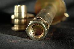 Σύνδεσμοι ορείχαλκου στο σκούρο γκρι υπόβαθρο υφάσματος στοκ φωτογραφία με δικαίωμα ελεύθερης χρήσης