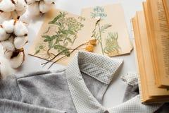 Σύνθεση άνοιξη Λουλούδια βαμβακιού, ευχετήρια κάρτα σχεδίων καρτών με τα λουλούδια Ένα παλαιό βιβλίο με τις κίτρινες σελίδες Το σ Στοκ φωτογραφία με δικαίωμα ελεύθερης χρήσης