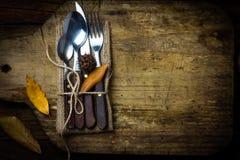 Σύνθεση αποκριών φθινοπώρου Αγροτικό σύνολο μαχαιριού μαχαιροπήρουνων, κουτάλι, δίκρανο Στοκ φωτογραφία με δικαίωμα ελεύθερης χρήσης