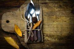 Σύνθεση αποκριών φθινοπώρου Αγροτικό σύνολο μαχαιριού μαχαιροπήρουνων, κουτάλι, δίκρανο Στοκ Φωτογραφία