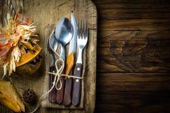 Σύνθεση αποκριών φθινοπώρου Αγροτικό σύνολο μαχαιριού μαχαιροπήρουνων, κουτάλι, δίκρανο Στοκ Εικόνα