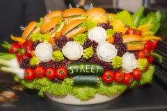Σύνθεση από τα λαχανικά και τα burgers και με μια επιγραφή Στοκ εικόνα με δικαίωμα ελεύθερης χρήσης