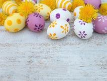 Σύνθεση αυγών Πάσχας και λουλουδιών στο λευκό ξύλινο πίνακα Στοκ Φωτογραφία