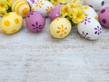 Σύνθεση αυγών Πάσχας και λουλουδιών primula στο λευκό ξύλινο Στοκ Εικόνα