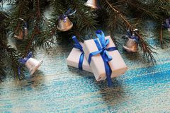 Σύνθεση διακοπών Χριστουγέννων στο άσπρο ξύλινο υπόβαθρο με το διάστημα διακοσμήσεων και αντιγράφων χριστουγεννιάτικων δέντρων γι Στοκ φωτογραφίες με δικαίωμα ελεύθερης χρήσης