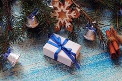 Σύνθεση διακοπών Χριστουγέννων στο άσπρο ξύλινο υπόβαθρο με το διάστημα διακοσμήσεων και αντιγράφων χριστουγεννιάτικων δέντρων γι Στοκ Φωτογραφία