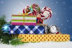 Σύνθεση διακοπών Χριστουγέννων στο ελαφρύ υπόβαθρο Πέντε λεπτά στον εορτασμό Στοκ εικόνα με δικαίωμα ελεύθερης χρήσης