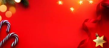 Σύνθεση διακοπών Χριστουγέννων στο κόκκινο υπόβαθρο με το διάστημα αντιγράφων για το κείμενό σας στοκ εικόνα