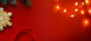 Σύνθεση διακοπών Χριστουγέννων στο κόκκινο υπόβαθρο με το διάστημα αντιγράφων για το κείμενό σας στοκ φωτογραφία με δικαίωμα ελεύθερης χρήσης
