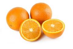 Σύνθεση δύο πορτοκαλιών και των μισών πορτοκαλιών φρούτων που απομονώνονται στο άσπρο υπόβαθρο με το ψαλίδισμα της πορείας Τέλεια στοκ εικόνα