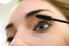 Σύνθεση 'Εφαρμογή' mascara Μακροχρόνια Eyelashes και μπλε μάτια Στοκ εικόνες με δικαίωμα ελεύθερης χρήσης
