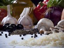 Σύνθεση ζωής συστατικών τροφίμων ακόμα με τα λαχανικά, ελιά Ο Στοκ φωτογραφία με δικαίωμα ελεύθερης χρήσης