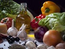 Σύνθεση ζωής συστατικών τροφίμων ακόμα με τα λαχανικά, ελιά Ο Στοκ εικόνα με δικαίωμα ελεύθερης χρήσης