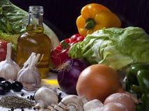 Σύνθεση ζωής συστατικών τροφίμων ακόμα με τα λαχανικά, ελιά Ο Στοκ εικόνες με δικαίωμα ελεύθερης χρήσης