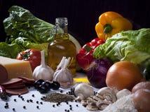 Σύνθεση ζωής συστατικών τροφίμων ακόμα με τα λαχανικά, ελιά Ο Στοκ Φωτογραφία