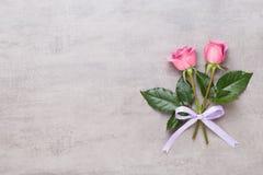 Σύνθεση ημέρας βαλεντίνων λουλουδιών Το πλαίσιο φιαγμένο από ρόδινο αυξήθηκε στο γκρίζο υπόβαθρο Επίπεδος βάλτε, τοπ άποψη, διάστ στοκ φωτογραφία με δικαίωμα ελεύθερης χρήσης