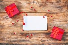 Σύνθεση ημέρας βαλεντίνων ` s, κόκκινο κιβώτιο δώρων δύο, μικρή καρδιά Στοκ Εικόνες