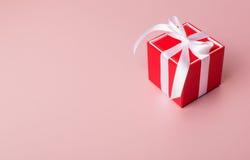 Σύνθεση ημέρας βαλεντίνων: Κόκκινο κιβώτιο δώρων με το τόξο Στοκ Εικόνες