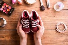 Σύνθεση ημέρας μητέρων Μικρά παπούτσια και προϊόντα ομορφιάς Στοκ Φωτογραφία